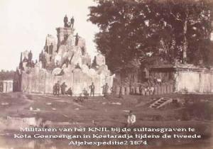 militairen-van-het-knil-bij-de-sultansgraven-te-kota-goenoengan-in-koetaradja-tijdens-de-tweede-atjehexpeditie-18741